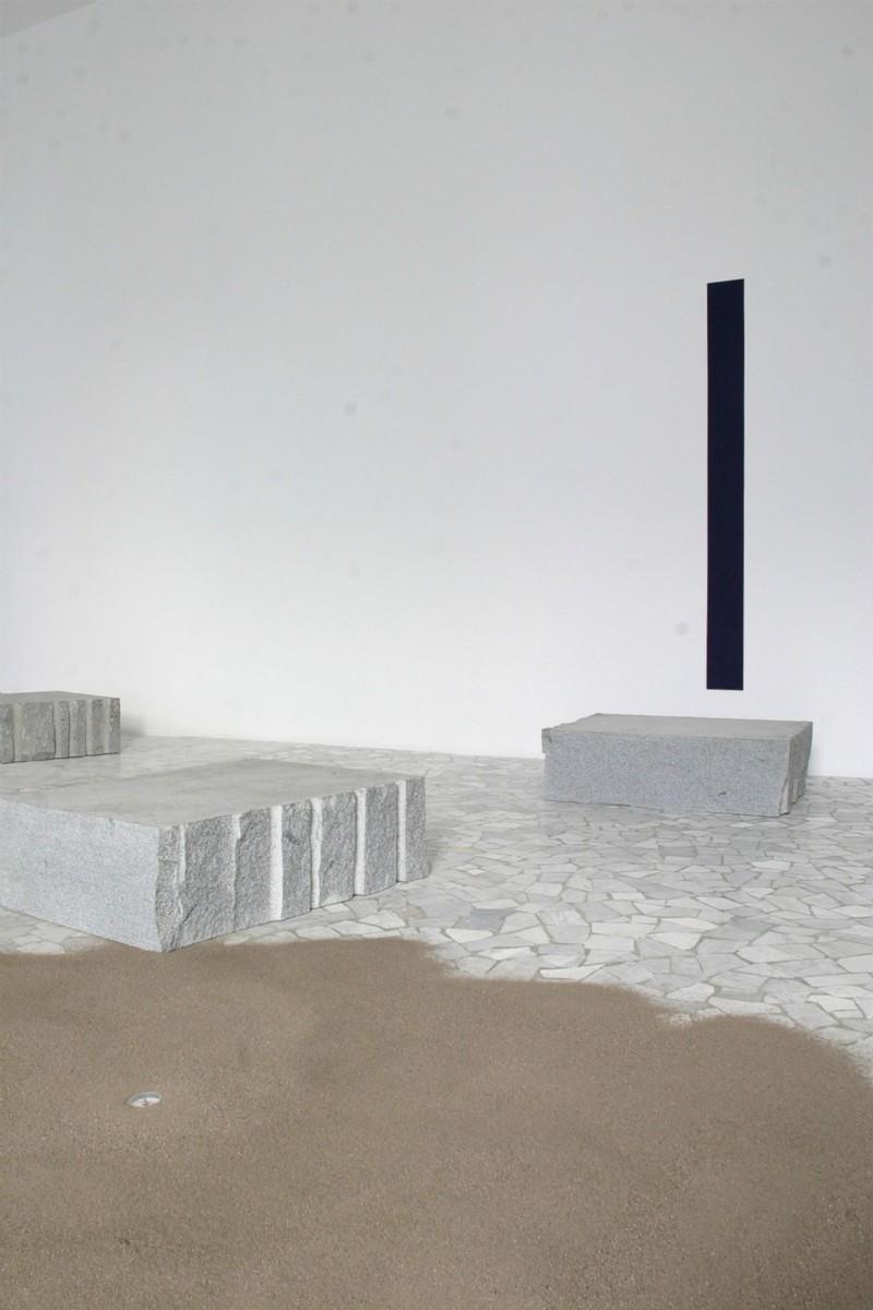 Giovanni Anselmo, dove le stelle si avvicinano senza posa di una spanna in più, mentre il paesaggio e il panorama si avvicendano, la luce focalizza, l'oltremare indirizza, la terra si orienta, partial view of the exhibition, September 2005