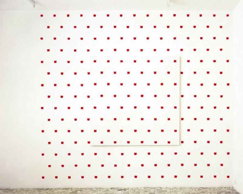 Niele Toroni, «Vedi Napoli e poi… le impronte di pennello n.50 ripetute ad intervalli regolari di 30cm», partial view of the exhibition, March 2004